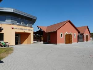 A Piaccsanok épülete és az Agrár innovációs központ bejárata